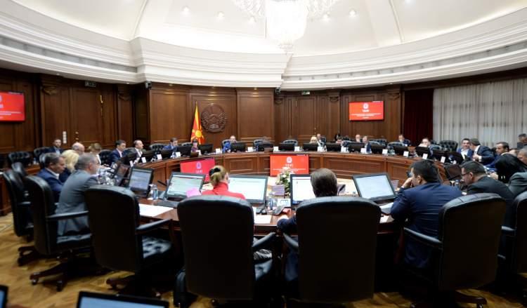 Владата забрани вработувања во јавниот сектор, набавка на мебел